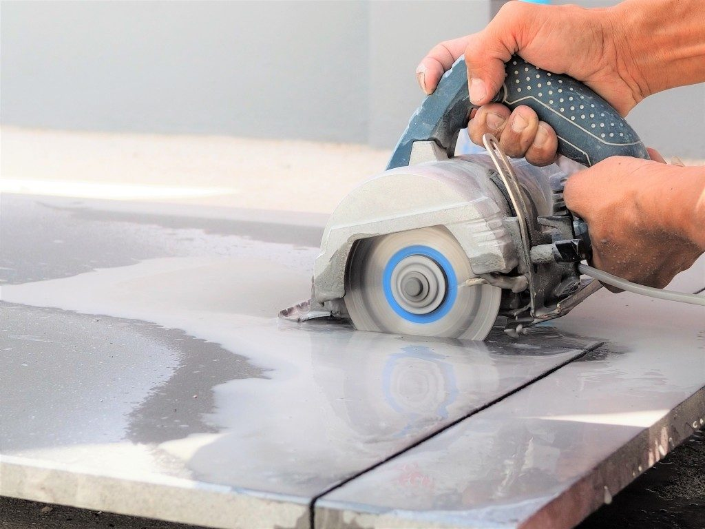 man using tile saw