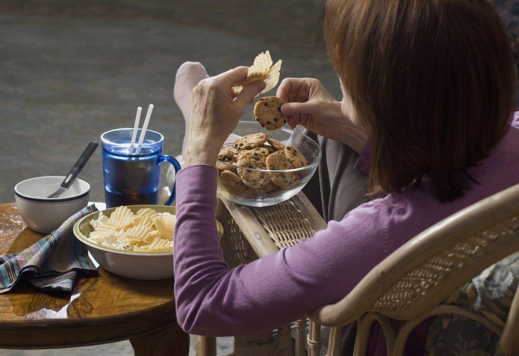 woman eating junk foods